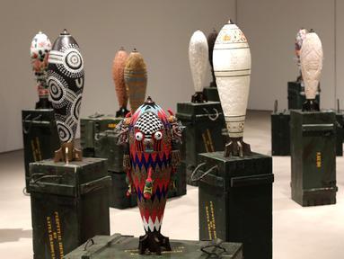 Replika bom warna-warni karya seniman Lebanon, Katya Traboulsi saat dipamerkan di Salih Barakat Gallery, Beirut, Selasa (10/4). Pameran tersebut bertajuk 'Identitas Abadi'. (ANWAR AMRO/AFP)