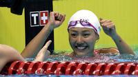 Perenang Tiongkok Liu Xiang meraih medali emas nomor 50 meter gaya punggung putri Asian Games 2018 di Stadion Akuatik Gelora Bung Karno, Jakarta, Selasa (21/8/2018). (AP Photo/Lee Jin-man)