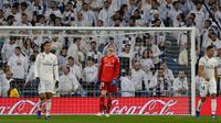 Ekspresi kiper Real Madrid Thibaut Courtois (tengah) saat kebobolan penalti pemain Real Sociedad pada laga pekan ke-18 La Liga Spanyol di Santiago Bernabeu, Minggu (6/1). Real Sociedad meraih kemenangan 2-0 atas Real Madrid. (AP Photo/Paul White)