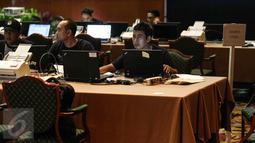 KPUD Jakarta melakukan hitung cepat secara rill (real count) melalui scan C1 di Aula Bina Karya, Hotel Bidakara, Jakarta, Rabu (16/2). Perhitungan dilakukan dengan cara input data sistem informasi perhitungan suara (Situng). (Liputan6.com/Faizal Fanani)