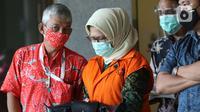 Desi Arryani (kedua kiri) usai menjalani pemeriksaan di gedung KPK, Jakarta, Rabu (23/9/2020). Mantan Kepala Divisi III/Sipil/II PT Waskita Karya itu diperiksa sebagai tersangka dugaan korupsi 14 proyek fiktif pada PT Waskita Karya (Persero) periode 2009-2015. (Liputan6.com/Helmi Fithriansyah)