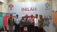 Menpora Imam Nahrawi memberikan keterangan terkait kondisi terkini atlet paralayang yang menjadi korban gempa di Palu. (Bola.com/Wiwig Prayugi)