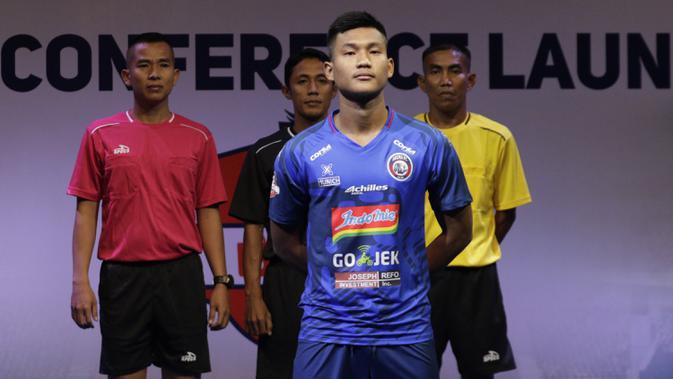 Pemain Arema FC, Nur Hardianto berpose saat Peluncuran Shopee Liga 1 di SCTV Tower, Jakarta, Senin (13/5). Sebanyak 18 klub akan bertanding pada Liga 1 mulai tanggal 15 Mei. (Bola.com/Vitalis Yogi Trisna)