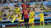 Pemain Spanyol Dani Olmo menyundul bola saat pertandingan grup E kejuaraan sepak bola Euro 2020 antara Spanyol dan Swedia di stadion La Cartuja di Seville, Senin, 14 Juni 2021. (AP Photo/Pierre Philippe Marcou, Pool)