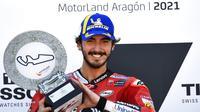 Ekspresi pembalap Ducati, Francesco Bagnaia, setelah memenangi balapan MotoGP Aragon, Minggu (12/9/2021). (AP/Jose Breton)