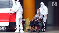 Petugas membawa pasien terindikasi terinfeksi COVID-19 dari ruang rawat Gedung Anton Soedjarwo Rumah Sakit Bhayangkara RS Sukanto menuju ruang rawat khusus COVID-19, Jakarta, Rabu (13/1/2021). Pasien meninggal karena Covid-19 di Indonesia berjumlah 24.951 orang. (Liputan6.com/Helmi Fithriansyah)