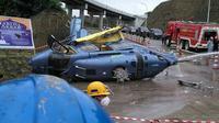 Kondisi helikopter milik PT Indonesia Morowali Industrial Park (IMIP) yang jatuh di kawasan perusahaan di Morowali, Sulawesi Tengah, Jumat (20/4). Diketahui, helikopter yang mengalami rusak berat itu mengangkut warga negara asing. (Liputan6.com/Dok. BNBP)
