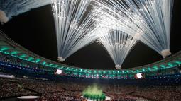 Pesta kembang api ikut memeriahkan Olimpiade 2016 di Rio de Janeiro, Brasil, (5/8).Pesta kembang api dan persembahan luar biasa dari penari dan musisi Brasil ini memberikan pesan dunia untuk melestarikan lingkungan.( REUTERS/Stoyan Nenov)