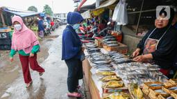 Pedagang melayani warga yang membeli kebutuhan pangan di Pasar Lembang, Tangerang, Banten, Selasa (4/5/2021). Kepala Badan Ketahanan Pangan Kementerian Pertanian memastikan pasokan pangan cukup sepanjang Ramadhan dan Idul Fitri. (Liputan6.com/Angga Yuniar)