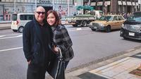 Maia Estianty dan Irwan Mussry saat jalan-jalan di Ginza, Tokyo. (dok. Instagram @maiaestiantyreal/https://www.instagram.com/p/BuVWdXzlLto/Putu Elmira)