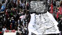 Massa peserta aksi 299 membentangkan bendera putih berlafazkan tauhid di depan gedung MPR/DPR, Senayan, Jakarta, Jumat (29/9). Aksi  ini diikuti massa dari berbagai elemen masyarakat yang di inisiasi oleh Presidium Alumni 212. (Liputan6.com/JohanTallo)