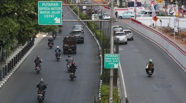 Kendaraan melintas di Jalan HR Rasuna Said, Kuningan, Jakarta, Senin (21/8). Untuk mengurai kemacetan di Ibukota, Pemprov DKI berencana menguji coba larangan bagi motor melintasi jalan tersebut mulai 11 September 2017. (Liputan6.com/Immanuel Antonius)