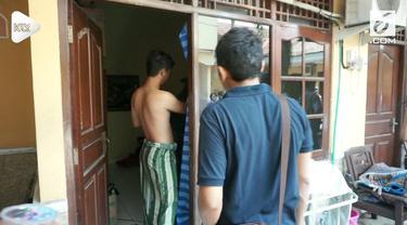 Petugas lakukan razia kamar kos di Semarang. Setelah digerebek ditemukan pasangan sejenis dan bukan suami istri dalam kamar.
