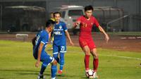 Gelandang Timnas U-23, Feby Eka, dibayangi pemain PSIM saat uji coba di Stadion Sultan Agung, Bantul. (Bola.com/Vincentius Atmaja)