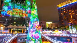Pertunjukan cahaya menyambut Natal di Christmasland, New Taipei City, Taiwan, Senin (19/11). Christmasland tahun ini mengambil tema angkasa dan planet-planet. (TVBS via AP Images)