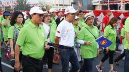 Menlu Retno Marsudi bersama Kemenaker Trans Hanif Dhakiri saat mengikuti Parade Asean 50 Tahun di Jakarta, Minggu (27/8). Acara ini menampilkan Parade Bendera ASEAN, Parade kostum, Parade tari musik, dan keunikan lainnya. (Liputan6.com/Angga Yuniar)