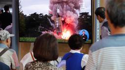 Orang-orang menonton TV yang menunjukkan peluncuran rudal Korea Utara di Stasiun Kereta Seoul, Korea Selatan, Selasa (10/9/2019). Kepala Staf Gabungan Korea Selatan melaporkan bahwa Korea Utara meluncurkan proyektil itu dari Provinsi Pyongyan Selatan ke arah timur. (AP Photo/Ahn Young-joon)