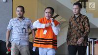 Gubernur Aceh Irwandi Yusuf (tengah) usai menjalani pemeriksaan di Gedung KPK, Jakarta, Jumat (6/7). Irwandi Yusuf mengaku tidak tahu akan diperiksa dalam kapasitas sebagai saksi atau tersangka pada hari ini. (Merdeka.com/Dwi Narwoko)