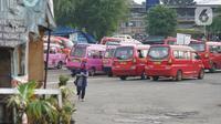 Angkutan umum parkir di sekitar Terminal Depok, Jawa Barat, Kamis (14/5/2020). Kepala Sub Bagian Tata Usaha Terminal Terpadu Depok Reynold Jhon mengatakan, pengguna angkutan umum di Terminal Terpadu Depok mengalami penurunan 10-20 persen selama pemberlakuan PSBB. (Liputan6.com/Immanuel Antonius)