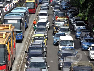 Puluhan kendaraan terjebak kemacetan di Jalan Gatot Subroto, Jakarta, Kamis (5/2/2015). (Liputan6.com/Faizal Fanani)