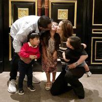Nia Ramadhani dan Ardi Bakrie memberi ciuman mesra kepada putrinya, Mikhayla, yang berulang tahun ke-6 (Instagram/@ramadhaniabakrie)