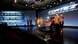 Sejumlah petinggi Wuling Motors Indonesia berpose dengan Cortez saat peluncurannya di Jakarta, Kamis (8/2). Wuling Corrtez merupakan MPV medium yang menjadi saingan Toyota Kijang Innova. (Liputan6.com/Angga Yuniar)