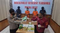 Direktur Reserse Narkoba Polda Riau Komisaris Besar Suhirman memperlihatkan barang bukti sabu yang dibawa dua tersangka dari Pulau Rupat. (Liputan6.com/M Syukur)