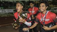 Gelandang Persebaya, Sidik Saimima, berlari dengan piala saat merayakan gelar juara Liga 2 usai mengalahkan PSMS pada laga final di Stadion GBLA, Bandung, Selasa (28/11/2017). Persebaya menang 3-2 atas PSMS. (Bola.com/Vitalis Yogi Trisna)