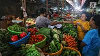 Aktivitas jual beli sembako di Pasar Kebayoran Lama, Jakarta, Kamis (2/5/2019). Harga kebutuhan pokok mengalami kenaikan menjelang bulan suci Ramadan. (Liputan6.com/JohanTallo)