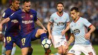 Pemain Barcelona, Paco Alcacer berebut bola dengan bek Celta Vigo Jonny Otto pada laga pekan ke-33 La Liga di Estadio de Balaidos, Selasa (17/4). Tampil dengan sepuluh pemain, Barcelona harus puas dengan hasil imbang 2-2. (MIGUEL RIOPA / AFP)