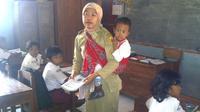 Sebagaimana dialami Hasniah, seorang guru di SD Bina Setia Semaru, Desa Air Besar, Landak, Kalimantan Barat.