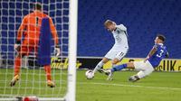 Penyerang Chelsea, Timo Werner berusaha menembak bola dari kawalan bek Brighton & Hove Albion, Ben White, pada pertandingan Liga Inggris di Stadion Falmer di Brighton, Inggris, Senin, (14/9/2020). Chelsea menang telak 3-1 atas Brighton. (Peter Cziborra/Pool via AP)
