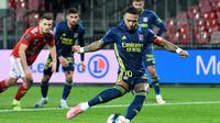 Striker Lyon, Memphis Depay melakukan eksekusi penalti ke gawang Brest yang menghasilkan gol ketiga timnya dalam laga lanjutan Liga Prancis 2020/21 pekan ke-26 di The Francis Le Ble Stadium, Brest, Jumat (19/2/2021). Lyon menang 3-2 atas Brest. (AFP/Fred Tanneau)