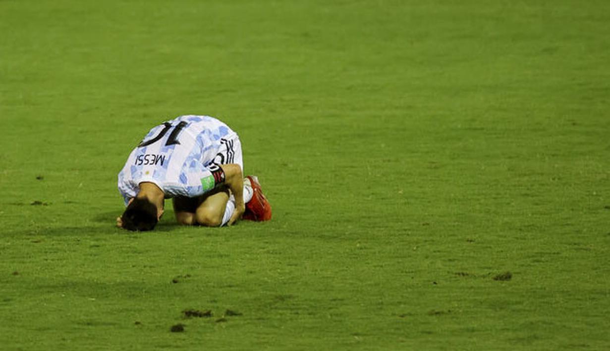 Lionel Messi hampir saja mengalami patah kaki saat membela Timnas Argentina kontra Venezuela di matchday ketujuh Kualifikasi Piala Dunia 2022 zona Amerika Selatan, Jumat (3/9/2021). (Foto: AP/Miguel Gutierrez, Pool)