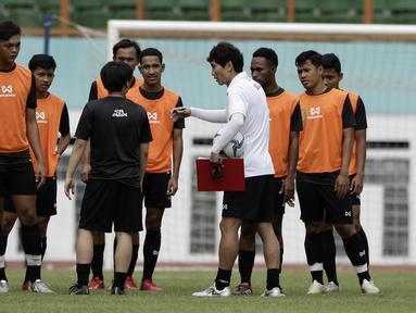 Staf Pelatih Timnas Indonesia U-19, Gong Oh-kyun, memberikan arahan saat internal games di Stadion Wibawa Mukti, Cikarang, Rabu (15/1). Sebanyak 53 pemain mengikuti seleksi untuk memperkuat skuat utama Timnas Indonesia U-19. (Bola.com/Yoppy Renato)