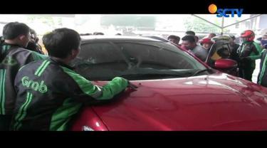 Seorang pengemudi mobil arogan menendang motor pengendara ojek online karena ditegur lantaran melawan arah.