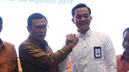 Direktur Utama BNI Achmad Baiquni memberikan selamat kepada Direktur Keuangan BNI Ario Bimo usai terpilih dalam RUPSLB, Jakarta, Jumat (30/8/2019). Rapat membahas perubahan susunan pengurus persereoan dengan menyetujui pengangkatan Ario Bimo sebagai Direktur Keuangan BNI. (Liputan6.com/Angga Yuniar)