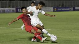 Bek Timnas Indonesia U-19, Salman Alfarid, berebut bola dengan pemain Timnas Hong Kong U-19 pada laga Kualifikasi AFC U-19 2020 di Stadion Madya, Senayan, Jumat (8/11). Indonesia U-19 menang 4-0 atas Hong Kong U-19. (Bola.com/Yoppy Renato)