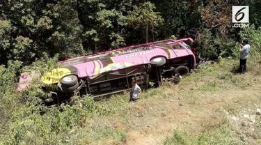 Kecelakaan maut menimpa sebuah bus pariwisata di ruas jalan Cemoro Sewu-Sarangan, Magetan, Jawa Timur. Bus yang mengangkut rombongan tur SMK PGRI 1 Karanganyar itu terguling dan masuk jurang sedalam 10 meter.