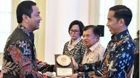 Wali Kota Semarang menerima penghargaan Anugerah Dana Rakca dari Presiden Jokowi. (foto:Liputan6.com/dok.hendrar/edhie prayitno ige)