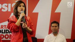 Ketua Umum PSI Grace Natalie memberi sambutan di Kantor DPP PSI, Jakarta Pusat, Rabu (2/5). PSI menilai pasangan Khofifah Indar Parawansa-Emil Dardak antikorupsi, menghargai keberagaman, dan berintegrasi. (Liputan6.com/Johan Tallo)