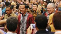 Presiden Jokowi berjalan diantara hadirin usai membuka pameran Trade Expo 2017 di ICE BSD, Tangerang Selatan, Rabu (11/10). Usai pembukaan, Jokowi langsung menuju area pameran produk-produk Indonesia. (Liputan6.com/Angga Yuniar)