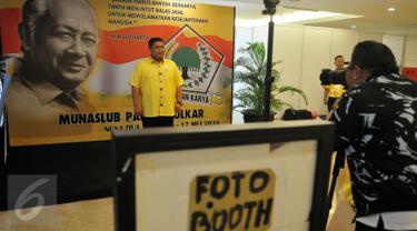 Kader Partai berfoto di depan backdrop Presiden kedua Indonesia, Soeharto saat berlangsungnya Musyawarah Nasional Luar Biasa (Munaslub) Partai Golkar di Bali Nusa Dua Convention Center (BNDCC), Bali, Minggu (15/5). (Liputan6.com/Johan Tallo)