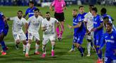 Pemain Real Madrid (kiri) berduel dengan pemain Getafe pada pertandingan Liga Spanyol di Stadion Alfonso Perez, Getafe, Spanyol, Minggu (18/4/2021). Pertandingan berakhir dengan skor 0-0. (AP Photo/Manu Fernandez)