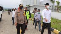 Gubernur Jawa Tengah Ganjar Pranowo dan Kapolda Jateng Irjen Pol Ahmad Luthfie menjemput jenazah Habib Ja'far al Kaff di Bandara A Yani, Semarang. (Foto: Liputan6.com/Polda Jateng)