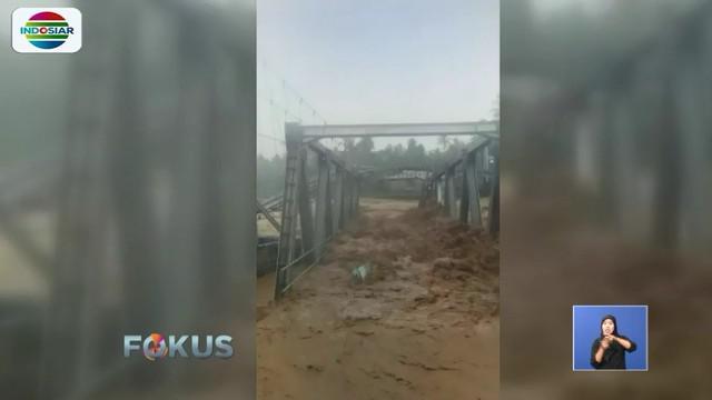 Tak hanya merusak jembatan, air sungai yang meluap saat hujan lebat sejak Jumat siang juga merendam belasan rumah di kawasan Alai Parak Kopi.
