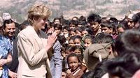 Lady Diana mengunjungi anak-anak Nepal pada 5 Maret 1993 selama aktivitas amal dari Palang Merah di kaki bukit pedesaan Himalaya (AFP)