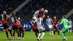 Penyerang Hertha Berlin, Dodi Lukebakio, berusaha menyundul bola saat menghadapi Eintracht Frankfurt pada laga lanjutan Liga Jerman di Olympiastadion, Sabtu (26/9/2020) dini hari WIB. Frankfurt menang 3-1 atas Hertha Berlin. (AFP/Odd Andersen)