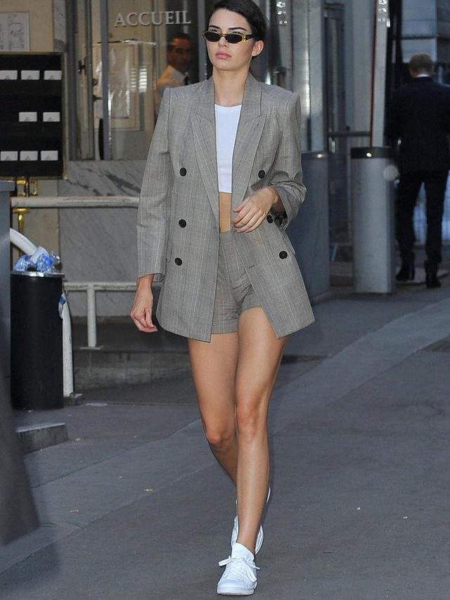 Tidak Terkesan Formal, Supermodel Ini Tunjukkan Cara Padu