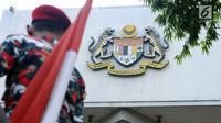 Salah satu peserta aksi saat berunjuk rasa di depan Kedubes Malaysia, Jakarta, Senin (21/8). Aksi ini terkait kasus terbaliknya bendera Merah Putih pada buku panduan pelaksanaan SEA Games 2017. (Liputan6.com/Helmi Fithriansyah)
